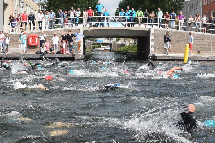 Zwemmers in het kanaal in Zeewolde