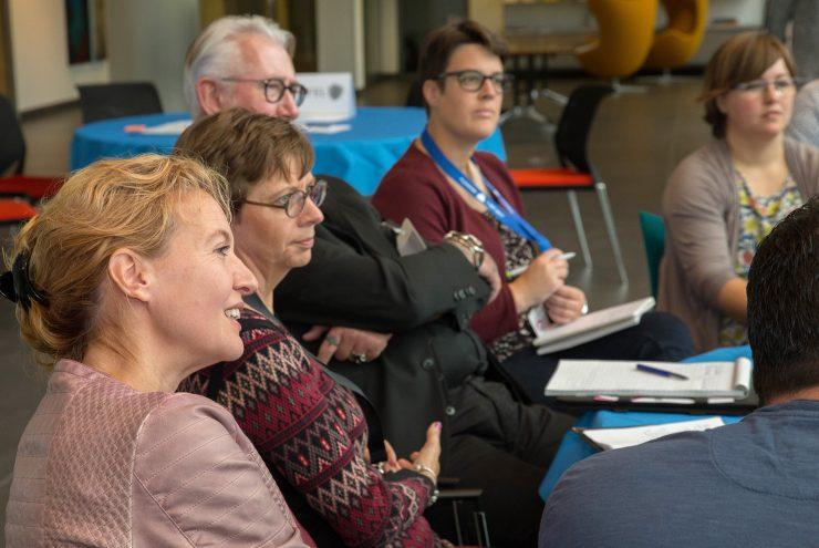 Deelnemers luisteren aandachtig