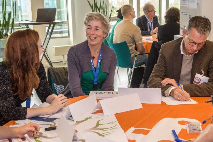 Deelnemers met elkaar in overleg