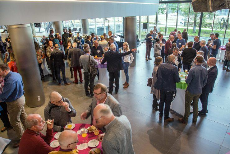 Deelnemers Flevotop aan het lunchen in de hal van het provinciehuis