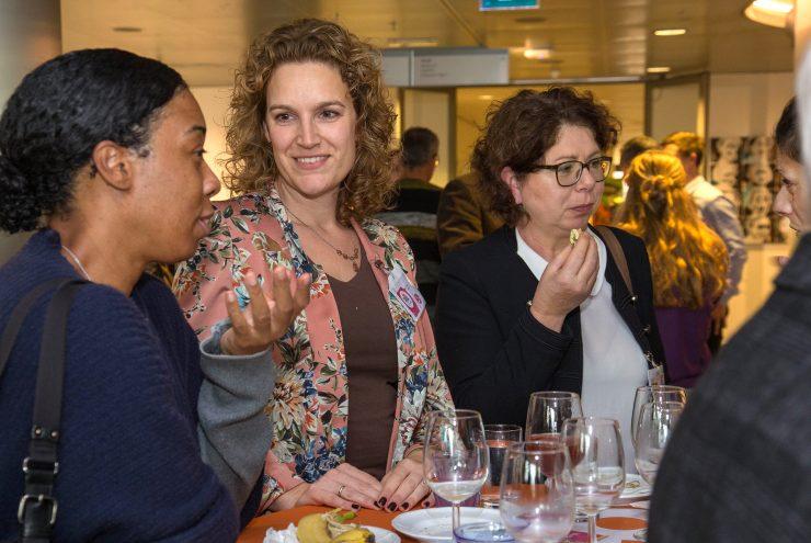 Deelnemers in gesprek tijdens de lunch op de Flevotop