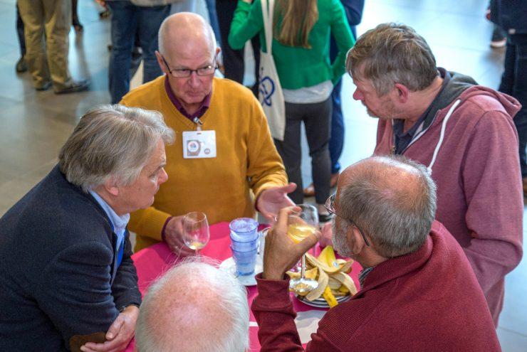 Deelnemers staan om een tafel te lunchen tijdens de Flevotop