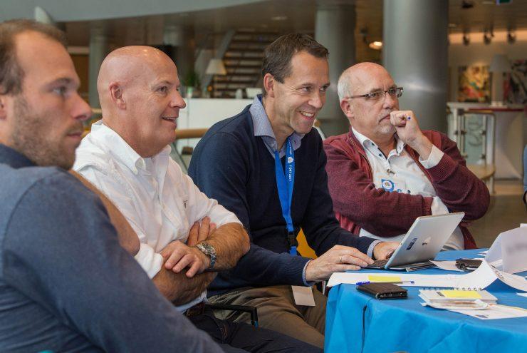 Deelnemers luisteren lachend tijdens de Flevotop