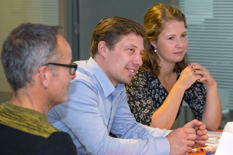 Deelnemers aan de Flevotop luisteren naar iemand buiten beeld