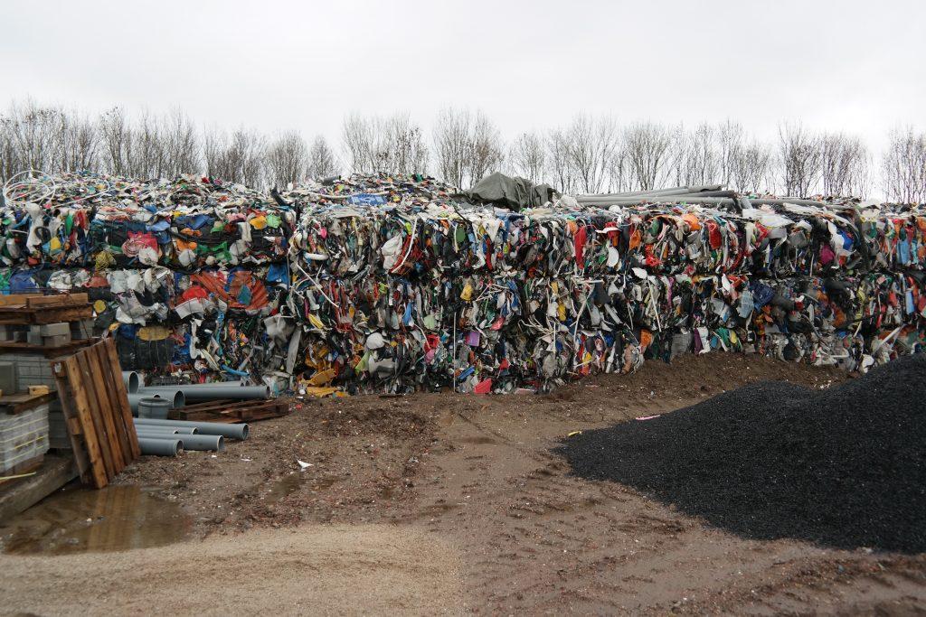 Opgestapeld afval in grote balen verpakt.