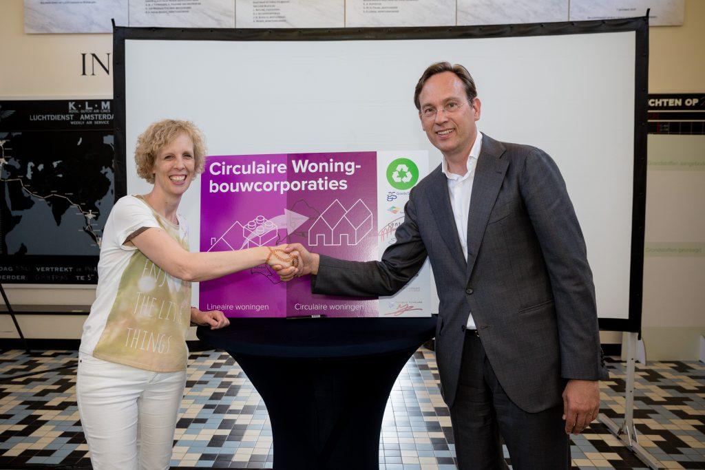 Martine Visser van Centrada en gedeputeerde Jan-Nico Appelman schudden elkaar de hand na ondertekening van de overeenkomst.