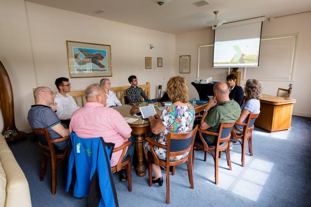 De deelnemers aan de workshop Financiering zitten in een kring om de tafel.