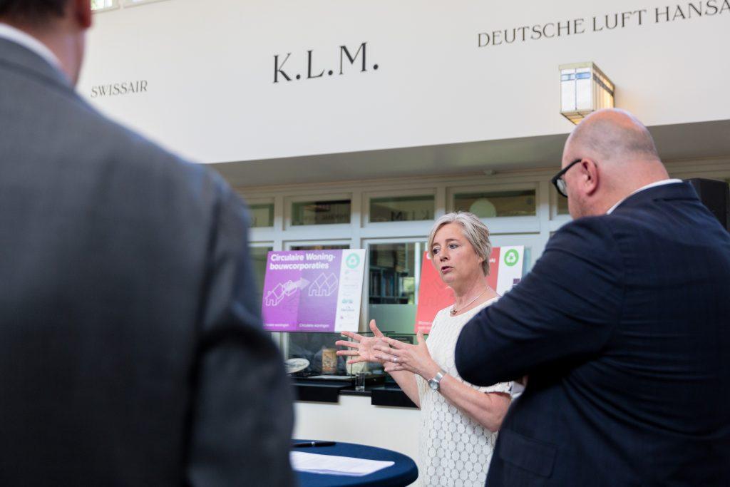 Wethouder Elly van Wageningen spreekt met John Nederstigt en Jan-Nico Appelman