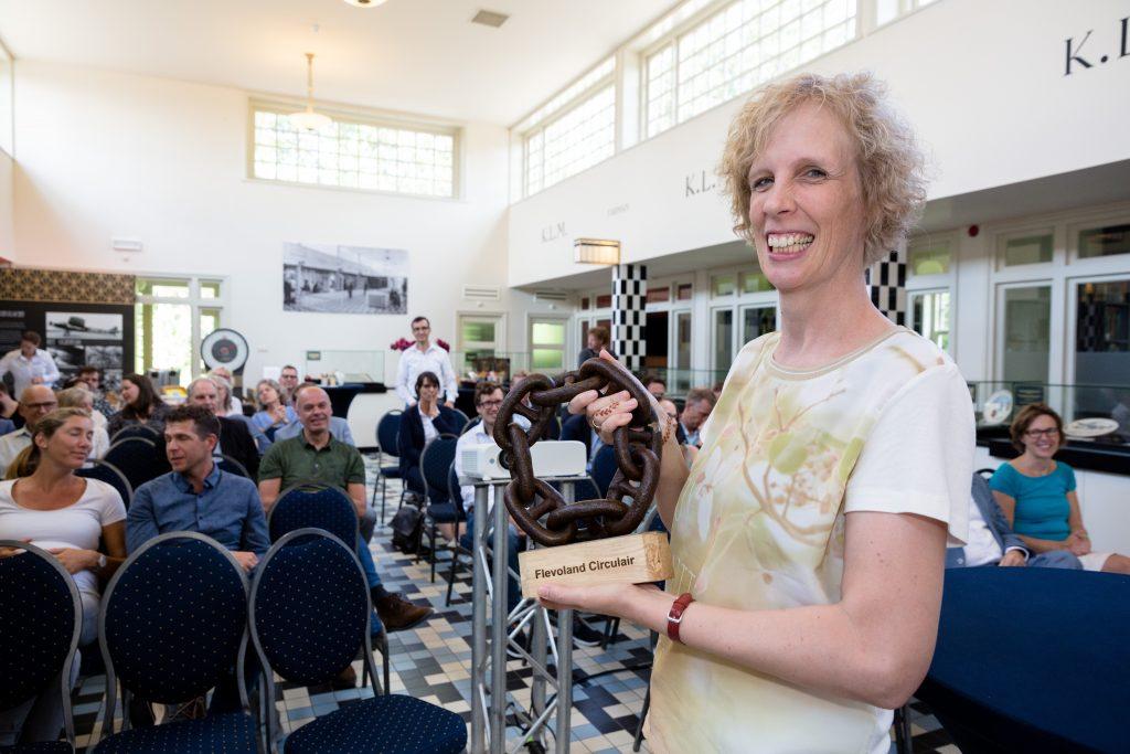 Martine Visser van Centrada met de circulaire wisseltrofee in haar handen
