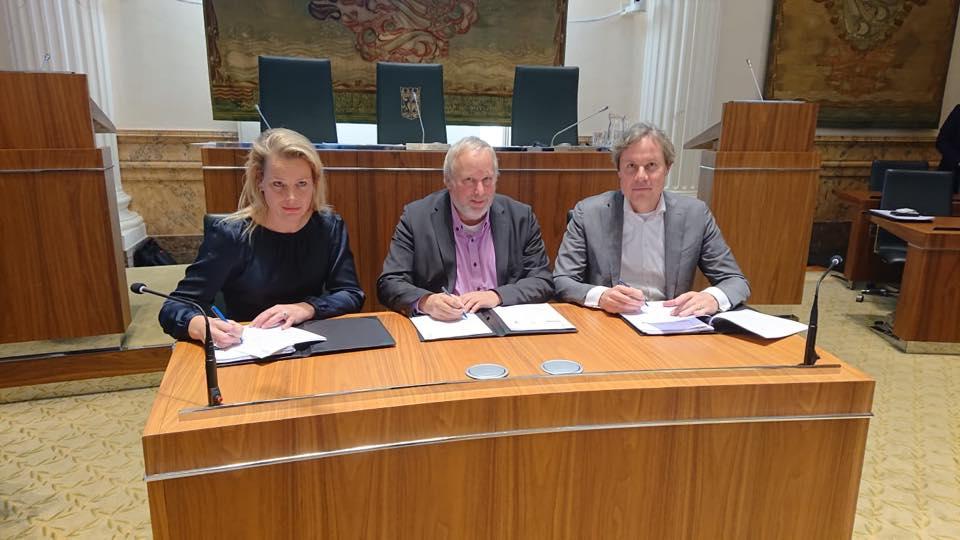 Jop Fackeldey tekent namens Flevoland de nieuwe contracten.