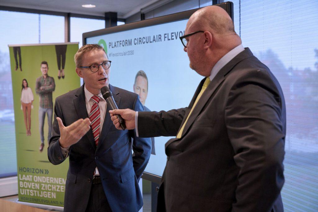 Wethouder Gerrit Post in gesprek met John Nederstigt