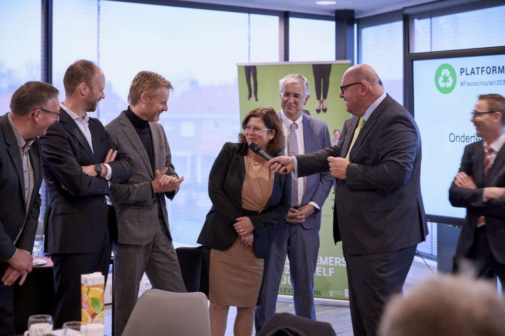 Wethouders en afgevaardigden van alle zes gemeenten zijn in gesprek met John Nederstigt en gedeputeerde Cora Smelik