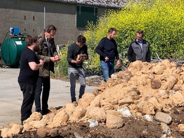 Gedeputeerde Jan-Nico Appelman kijkt met de ondernemers naar het mycostraat.