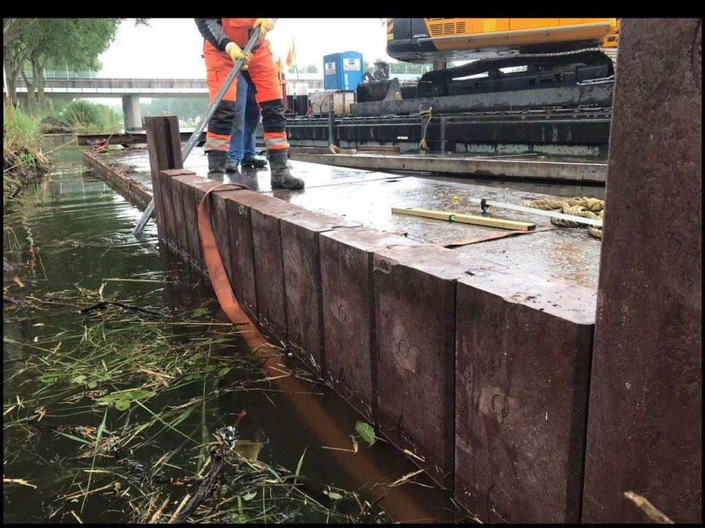 Foto van de aanleg van de damwand.